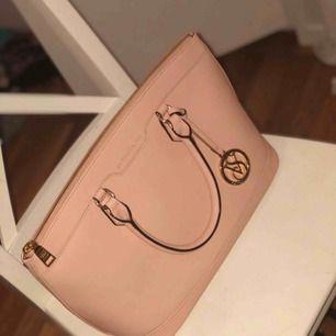 Mellan stor handväska ifrån Victorias Secret, köpt på VS i Gbg för cirka 1800 , använd en gång så den är i princip nyskick, man får även med ett längre axelband och en tillhörande dustbag.
