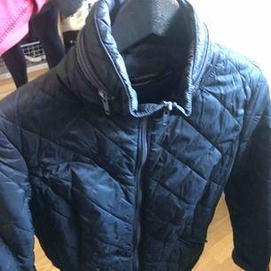 Säljer denna quiltade jacka, perfekt till våren!