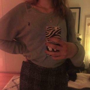 vääärldens snyggaste gråa ralph lauren tröja. den är jätteluftig och bekväm. lite oversize.