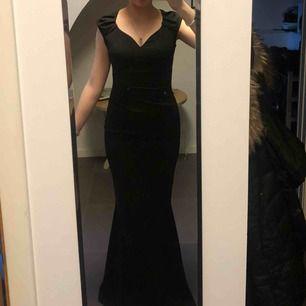 En svart långklänning, med dragkedja i ryggen. Köpt på Bubbelroom. Använd 1 gång så i väldigt bra skick.  Nypris:799kr  Köparen står för frakten!