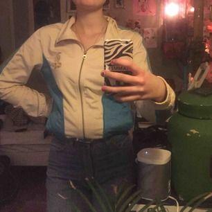 VÄRLDENS snyggaste tröja från tommy hillfiger. den har en orm broderad i guld på bröstet och snyggt mönster i ränderna på ärmarna men min kamera suger så kan inte visa det på bild riktigt. den är feeet vintage och svår att få tag på.