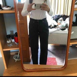 Levi,s brallor, står stt byxorna är i storlek L men skulle säga att M är en mer rättvis storlek :)) sitter läst på mig som är en 36.a - 38.a i byxor - köparen står för frakten!