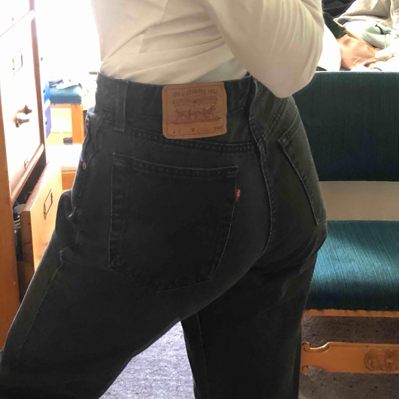 Levi,s brallor, står stt byxorna är i storlek L men skulle säga att M är en mer rättvis storlek :)) sitter läst på mig som är en 36.a - 38.a i byxor - köparen står för frakten! . Jeans & Byxor.