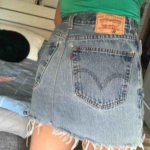 sååå fin äkta Levi's jeanskjol. Den är som ny och köparen står för frakten😊