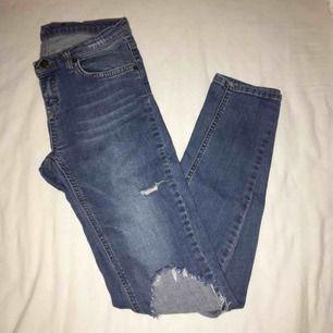 Snygga blå jeans med slitningar. Bekväma med stretch och lågmidjade. Har du några frågor eller vill ha fler bilder är det bara att skriva till mig 😊 Frakt betalar köparen.