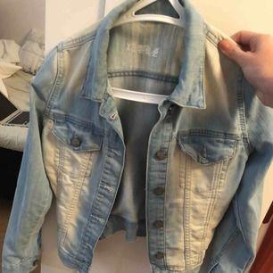 Jean jakke perfekt til denne sæson. Jakken er i meget god stand og køberen er ansvarlig for fragt 💙