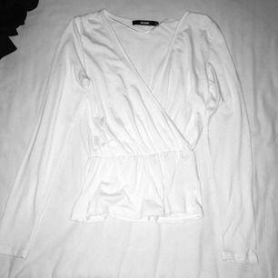 """Vit långärmad tröja från BikBok med """"peplum"""". Näst intill oanvänd. Har du några frågor eller vill ha fler bilder är det bara att skriva till mig 😊 Frakt betalar köparen."""