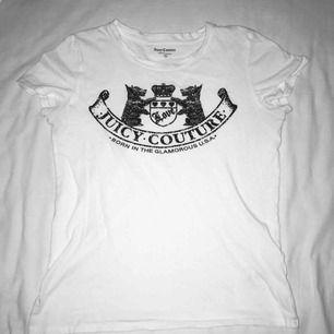 Vit t-shirt från Juicy Couture med snyggt tryck på. Knapps använd och passar både XS och S. Har du några frågor eller vill ha fler bilder är det bara att skriva till mig 😊 Frakt betalar köparen.