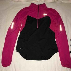 Snygg träningsjacka/tröja från Nike i strl M men passar S och XS. Näst intill oanvänd och väldigt bekväm. Har du några frågor eller vill ha fler bilder är det bara att skriva till mig 😊 Frakt betalar köparen.