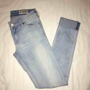 Super snygga jeans från Crocker. Extremt bekväma och snygg passform. Passar XS och liten S. Näst intill oanvända. Har du några frågor eller vill ha fler bilder är det bara att skriva till mig 😊 Frakt betalar köparen.