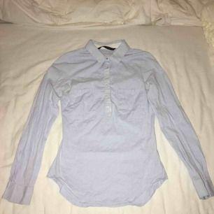 Ljus blå skjorta som knappt är använd. Ny skick. Bekväm och figursydd så ger en fin passform. Har du några frågor eller vill ha fler bilder är det bara att skriva till mig 😊 Frakt betalar köparen.