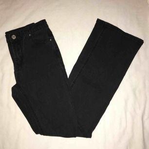 Bootcut/flare jeans som passar både S och XS. Super mjuka och bekväma. Har du några frågor eller vill ha fler bilder är det bara att skriva till mig 😊 Frakt betalar köparen.