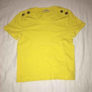 Snygg gul t-shirt som passar både S och XS. Knappt använd. Har du några frågor eller vill ha fler bilder är det bara att skriva till mig 😊 Frakt betalar köparen.