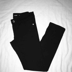 Snygga lågmidjade svarta jeans som slutar vid anklarna. Näst intill oanvänd. Har du några frågor eller vill ha fler bilder är det basa att skriva till mig 😊 Frakt betalar köparen.