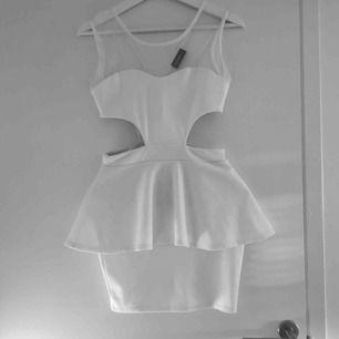 Super snygg vit klänning. Passar både S och XS. Knappt använd. Har du några frågor eller vill ha fler bilder är det basa att skriva till mig 😊 Frakt betalar köparen.