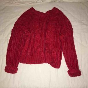 Snygg röd stickad tröja. Passar både XS och S. Närt intill oanvänd. Väldigt väldigt mjuk! Har du några frågor eller vill ha fler bilder är det basa att skriva till mig 😊 Frakt betalar köparen.