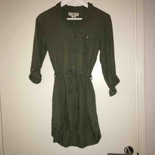 """Super snygg skjortklänning. Den gröna färgen är lite mörkare och """"dovare"""" i verkligheten. Det är strl 152 men den passar en XS alternativt en kort S. Om du har frågor eller vill ha fler bilder är det bara att skriva 😊 Frakt betalar köparen."""