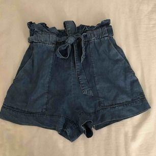 Super fina jeans shorts i tyg. Väldigt mjuka och snygga. Knappt använda. Har du fler frågor eller vill ha fler bilder är det bara att skriva till mig 😊 Frakt betalar köparen.