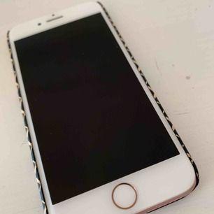 iPhone 7 32 gb i kanonskick! Olåst!  Medföljer kartong, laddare, hörlurar och skal och plånboksfodral från Ideal of Sweden och Malene Birger