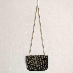 Vintage Dior aftonväska i kanvas med detaljer i skinn och metall. Familjearv.Väldigt fint skick då knappt använd. Storlek ca 18,5 x 13,5 cm.