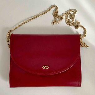 Vintage Lexiapel italienskt mörkröd läderaftonväska med monogram metall. Familjearv. Mycket fint skick då den knappt är använd. Storlek ca 20 x 15 cm.