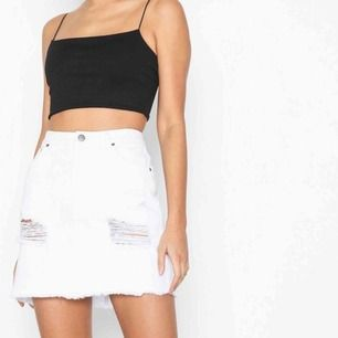 Vit kjol från Nelly aldrig använd så den var för stor för mig💕 Står ej för frakt  Original pris:299kr