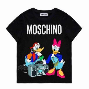 Säljer min älskade h&m x moschino T-shirt Slutsåld och finns längre ej att köpa Storlek:S står ek för frakten🥰