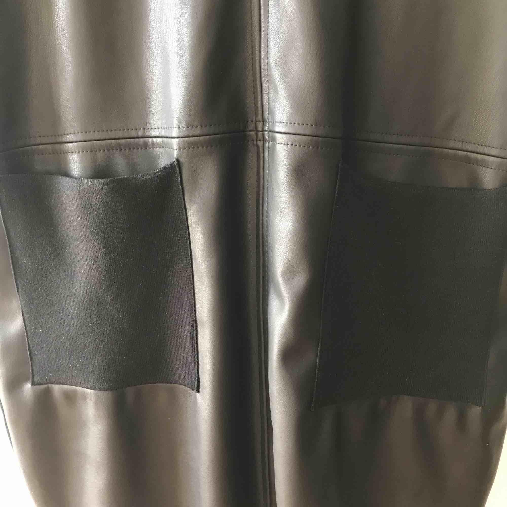 Svart T-shirt klänning med fejk läder på framsidan. Stickad baktill. Säljes då den inte kommer till användning. Nypris 400, säljer nu för 150 kr.  Köparen står för frakt.. Klänningar.