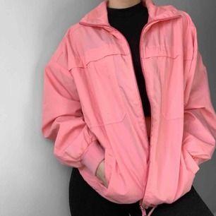 Vintage rosa jacka från okänt märke, bra skick förutom småfläckar. Frakt kostar 55kr extra, postar med videobevis/bildbevis. Jag garanterar en snabb pålitlig affär!✨ ✖️Fraktar endast✖️