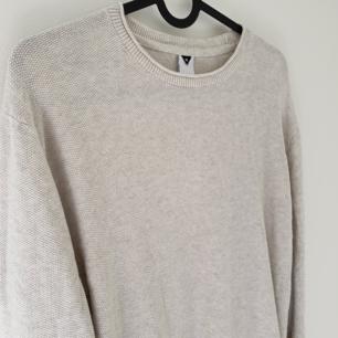 Härlig ljus stickad tröja inköpt på MQ, märke Visual Clothing Project. Bra skick! Köparen står för frakt 😊