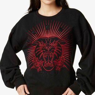 Säljer denna asballa tröja från Guess! Så sjukt cool men kommer aldrig till användning längre :( Den är väldigt bekväm & har vida armar. Nypris ca 1000kr men finns inte att köpa längre. Frakt tillkommer!