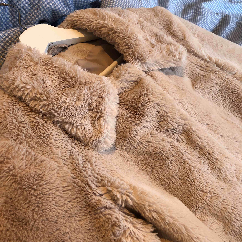 Fuskpälsjacka i nyskick! Aldrig använd då jag fick den som present. Den är i Teddy/trucker stil med krage som går att vika upp. Knäpps med knappar. Har innerfoder och kan därför användas som höst/vinter/vår jacka! (Jag står för frakten!). Jackor.