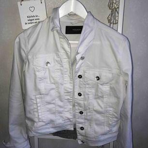 Fräsch vit jeansjacka! Använd max 3 ggr! Så väldigt fint skick! 200 inklusive frakt!!
