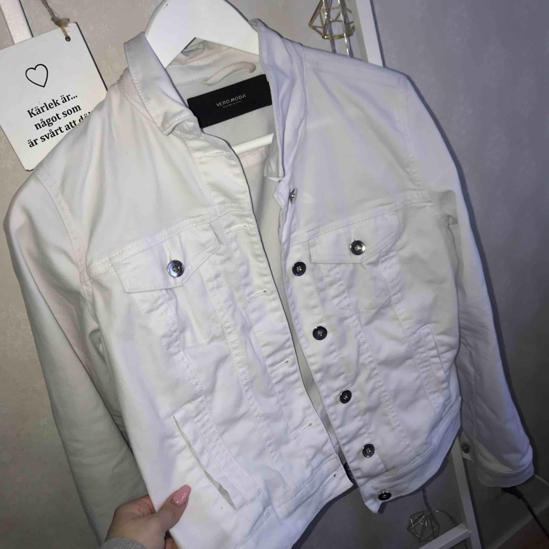 Fräsch vit jeansjacka! Använd max 3 ggr! Så väldigt fint skick! 200 inklusive frakt!!. Jackor.