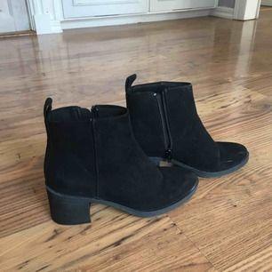 Klackar/ boots i stl 37  Svarta