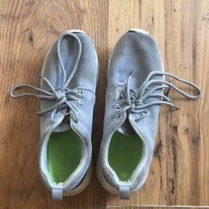 Lätta sneakers, har några hål vis snörena tyvärr
