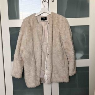 Säljer en jätte fin beige faux fur jacka som inte kommer till användning! Kan inte fraktas.