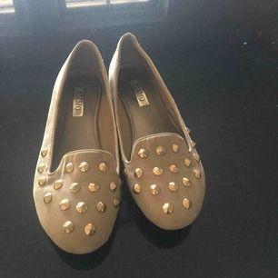 Coola skor med nitar på!  Kan mötas upp i västerås annars står köparen frö frakten:)