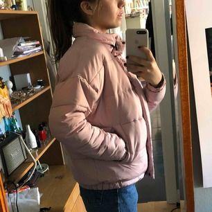 Rosa puffar jacket köpt på UO i Köpenhamn :))) köparen står för frakten !
