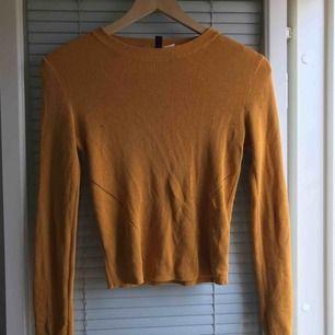 Två tröjor från H&M  Gul; Storlek- S 50kr Vinröd;  Storlek- L 60kr