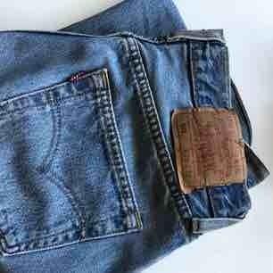 Ljusblåa vintage Levis jeans 501 i storlek 29/32. Skulle dock säga att de även kan passa en 26/27/28 beroende på hur man vill att de ska sitta. Jag har strl 25 och tycker att de är lite för stora. Fint skick!