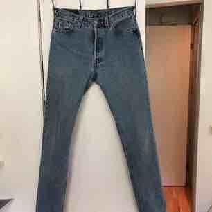 Ljusblåa vintage Levis jeans 501 i storlek 29/32. Skulle dock säga att de även kan passa en 26/27/28 beroende på hur man vill att de ska sitta. Jag har strl 25 och tycker att de är lite för stora. Fint skick!. Jeans & Byxor.