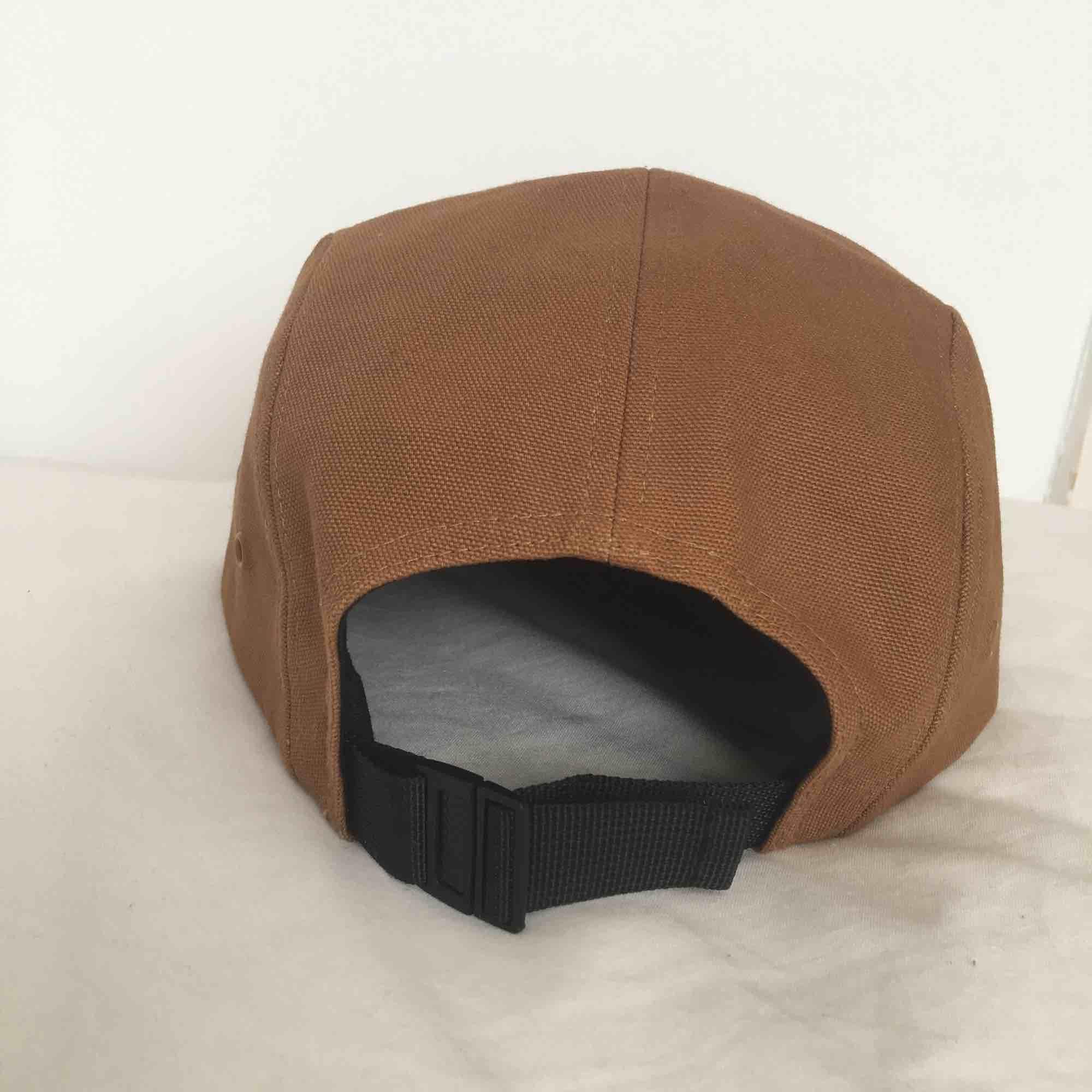 Knappt använd ljusbrun keps från carhartt. Anpassningsbar storlek.  Köparen betalar för frakt, 36 kr. Nypris: 399kr på junkyard.com. Övrigt.