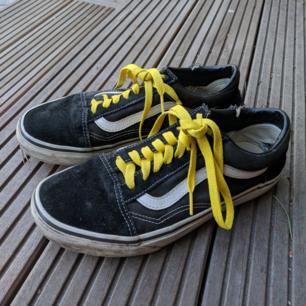 Väl använda vans old skool med gula skosnören säljes.
