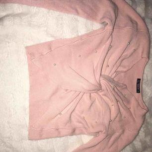 En rosa tröja med pärlor på från Shein i st S. Liten i storleken och därför passade inte.