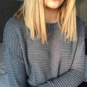 Väldigt fin grå stickad tröja, vet inte var den kommer ifrån tyvär😕 vet inte heller storleken men den är typ xs/s Skicket är väldigt bra eftersom den inte är så använd Frakt tillkommer