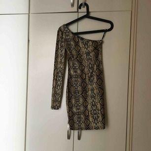 One shoulder klänning i ormskinsimitation, aldrig använd❣️