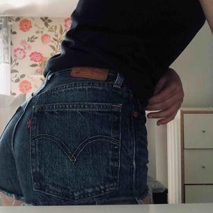 Ett par riktigt fina Levis shorts! Knappt använda och dem passar riktigt bra nu till sommaren🥰🥰  Ord pris 649kr