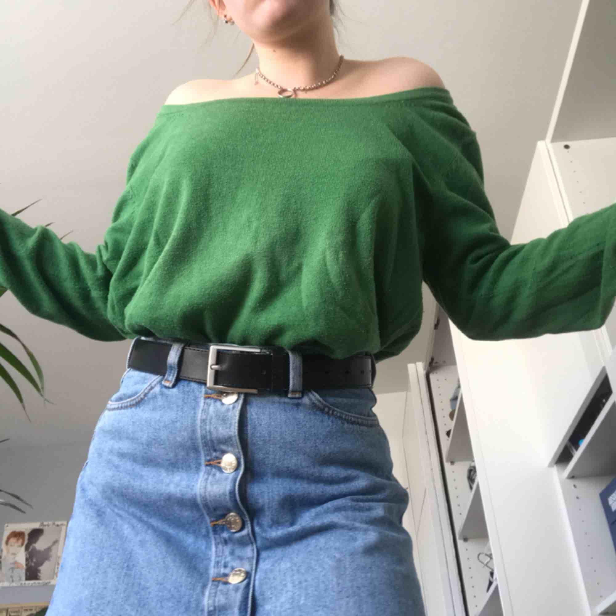 American vintage tröja nypris 900kr. Oversized och passar inprincip alla storlekar. Skitsnygg färg och vintagevibe men är tyvärr lite stor för mig. Passar bra med ett coolt bälte! Pris kan diskuteras och skriv om ni vill ha mer bilder! . Tröjor & Koftor.