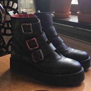 är helt förkrossad att dom här sjuktsnygga skorna inte passade mig💔bara använda en gång på en kort promenad men behöver tyvärr säga hejdå till dom då dom är för små:( äkta buffalo köpta på deras outlet